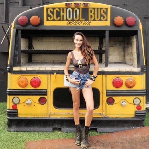 Recordando os dias da escola, posando ao lado de um autocarro escolar