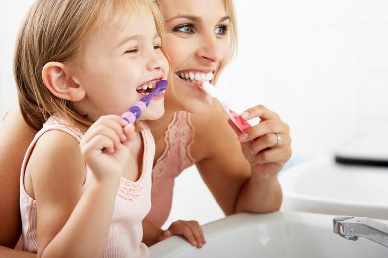 Tenha uma uma higiene oral cuidadosa. Para isso é fundamental saber escovar bem os dentes. Ao escovar os dentes, faça movimentos suaves e circulares com especial atenção para a margem gengival.