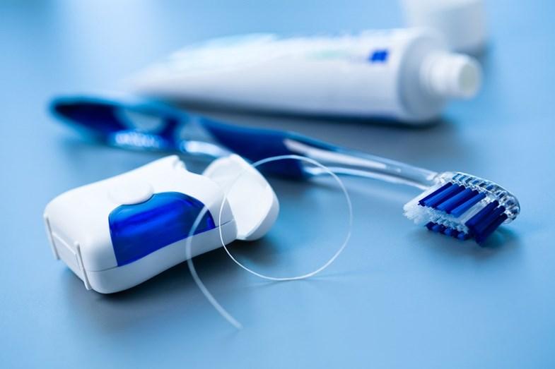 Utilize uma escova de dentes adequada, pequena e macia de preferência. Troque-a, no máximo, de 3 em 3 meses.