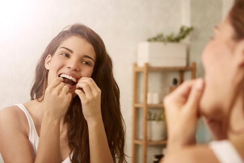 Use com frequência o fio dentário e o escovilhão, para chegar aos intervalos entre os dentes e conseguir retirar toda a placa bacteriana