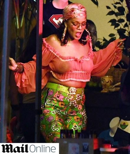 A cantora Rihanna fotografada com uns quilinhos a mais