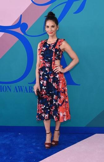 Olivia Munn com um vestido Tanya Taylor e sapatos Christian Louboutin