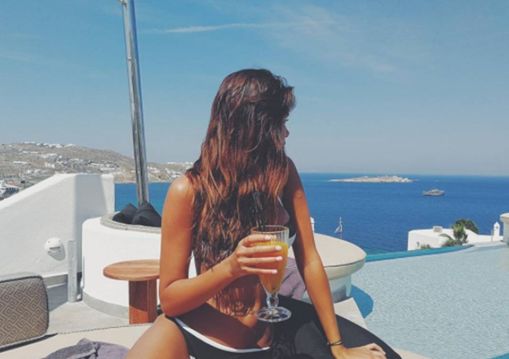 A apresentadora aproveita os dias na Grécia para descansar
