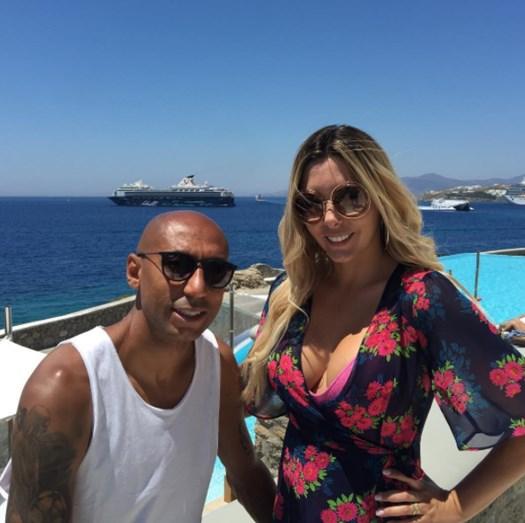 O casal desfruta de umas férias de luxo nas ilhas gregas