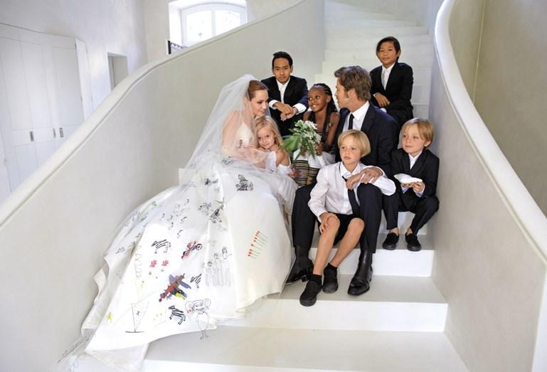 A atriz Angelina Jolie inovou no vestido de noiva quando estampou desenhos, na causa do mesmo