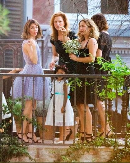 Ao olhar para a imagem ninguém diria que Sofia Coppola estaria no seu casamento. A atriz optou por um modelo curto de uma cor incomum para o grande dia