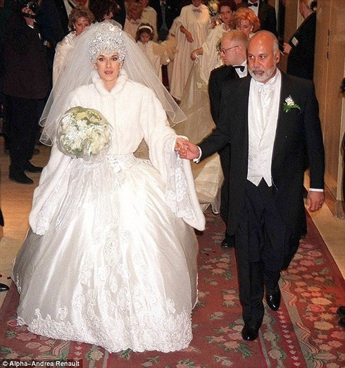 Celine Dion exagerou no volume do vestido, do véu, da tiara e das mangas. Além disso, o bouquet, estava estranhamente envolvido em película aderente