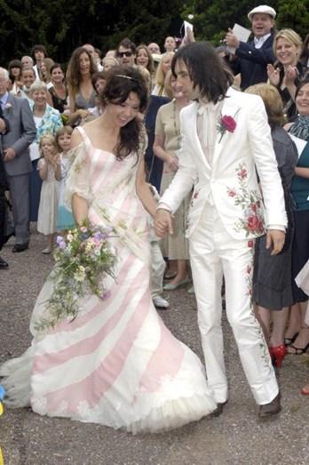 Katy England fez uma escolha peculiar e apostou na conjugação de rosa e branco