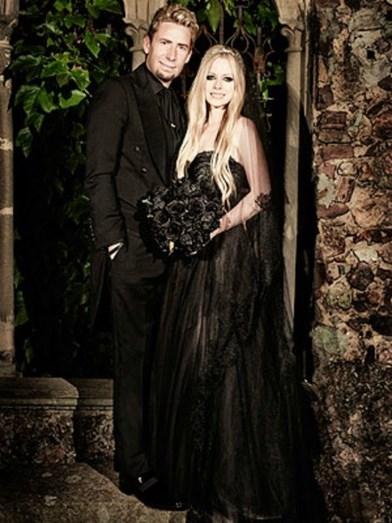 Avril Lavigne casou-se de preto