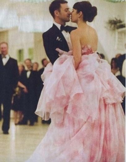 jessica Biel optou por um volumoso vestido cor de rosa bebé