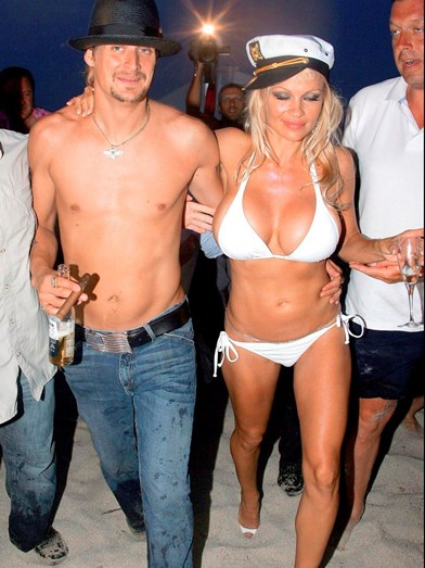 A atriz Pamela Anderson confundiu o casamento com uma ida à praia