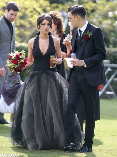 Shenae Grimes parece ter confundido o dia do casamento com um funeral. Até o bouquet, com rosas vermelhas, apontava para isso