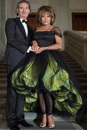 O que se passou aqui? Além de casar de preto, a cantora Tina Turner decidiu acrescentar verde alface ao vestido
