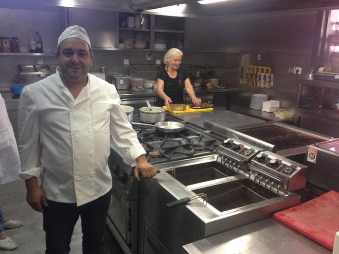 Agostinho Cunha, o proprietário do 'Carolina do Aires', junto às polémicas fritadeiras, garante que já está a fazer as melhorias que a ASAE impôs.