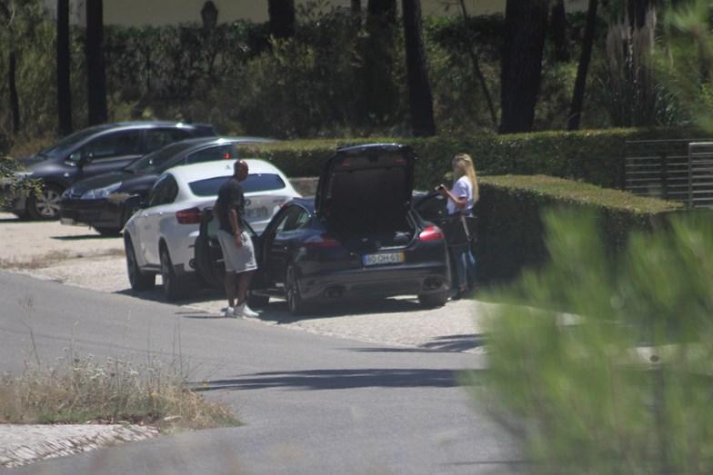 Luisão e a mulher na chegada a casa, em Portugal