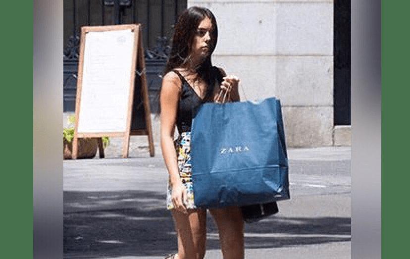 A espanhola a esconder a barriguinha de grávida, com o saco de uma boutique, em Madrid.
