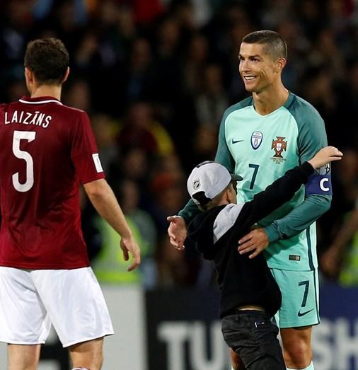 Veja o momento emocionante em que criança fura segurança para abraçar ídolo Cristiano Ronaldo