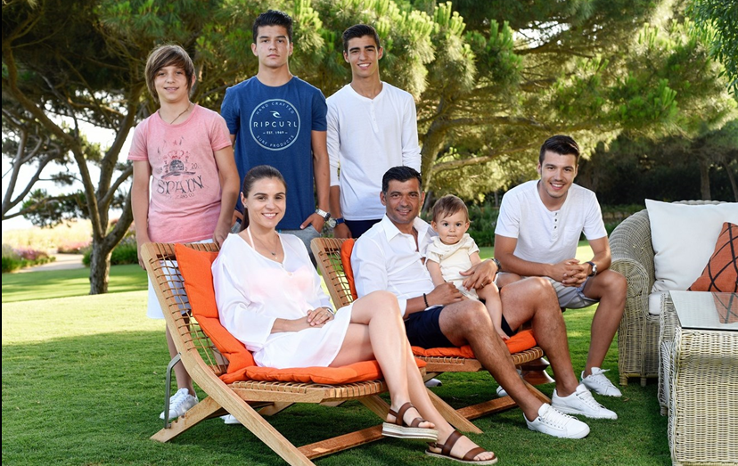 O treinador do FCP com a família, na sua casa no Algarve: a mulher, Liliana, de 39 anos, e os filhos Francisco, 14 anos, Moisés, 16 anos, Rodrigo, 18 anos, Sérgio, 21 anos, e ao colo do pai o mais novo, José, de 2 anos.