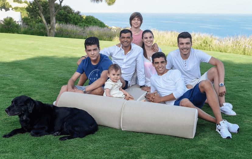 Todos os verões a família passa férias no sul do país mas raramente sai de casa, na zona de Albufeira.