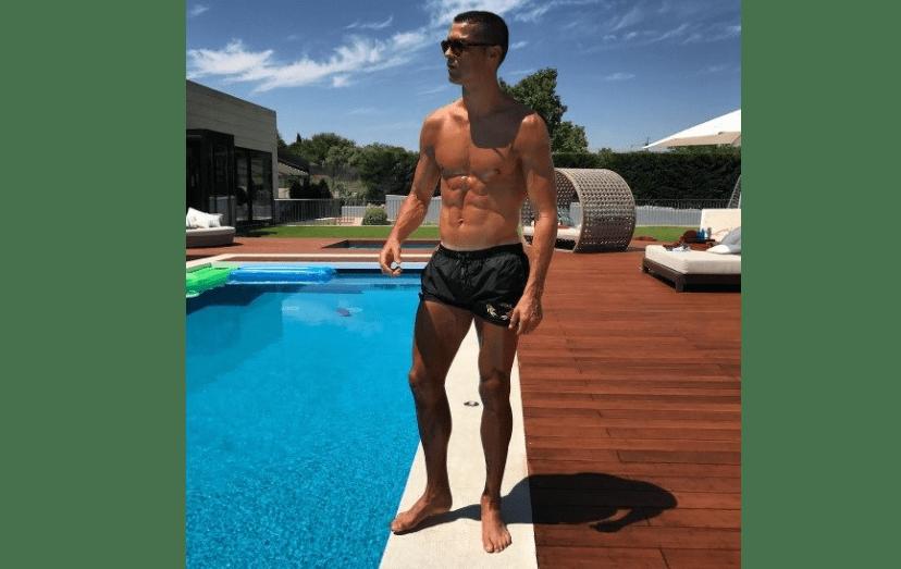O craque exibe o seu corpo atlético na piscina de casa, no exclusivo bairro de La Finca, em Madrid.