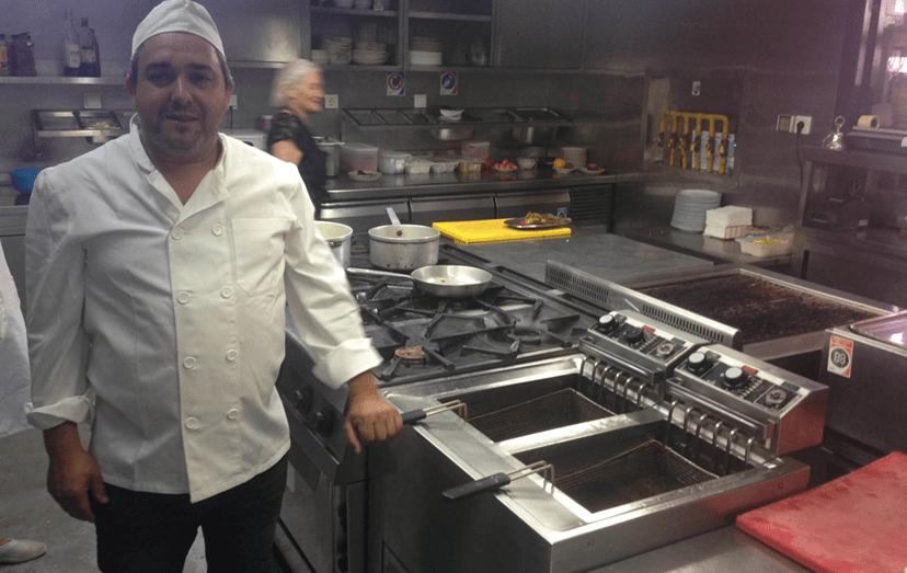"""Agostinho Cunha, proprietário do Carolina do Aires, sofre com clientes que, segundo ele, se aproveitam do programa para mandar comida para trás """"sem pruridos""""."""
