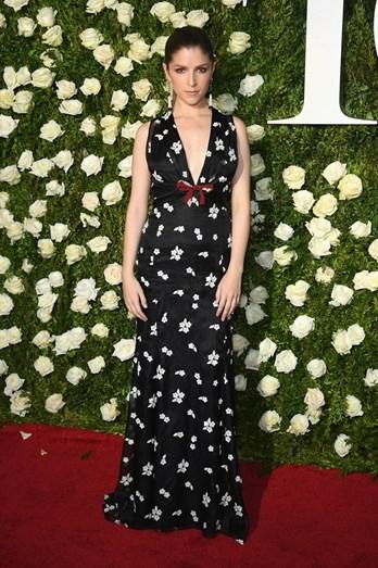Anna Kendrick com um vestido Miu Miu