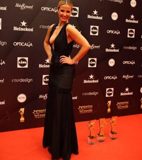 Cristina Ferreira ousada mostra tudo com decote vertiginoso