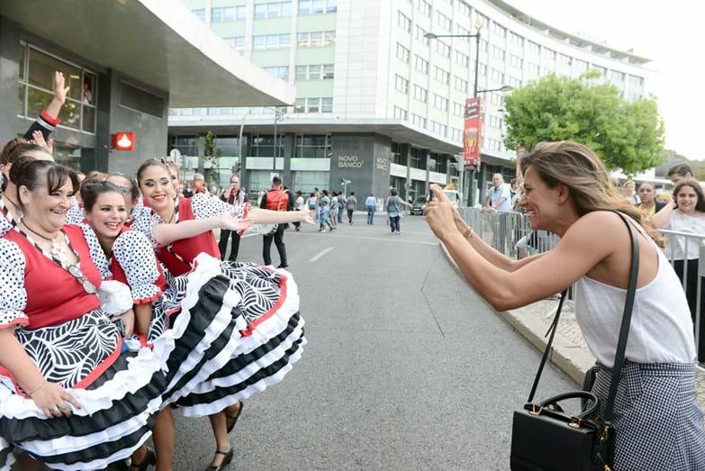 Cláudia Vieira adorou ver de perto e conhecer os marchantes. Nesta imagem, a atriz fotografa a marcha dos Mercados