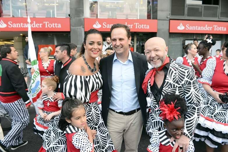 Fernando Medina, presidente da Câmara de Lisboa, tirou uma fotografia ao lado dos padrinhos da marcha dos Mercados, Marta Cruz e Eduardo Beauté