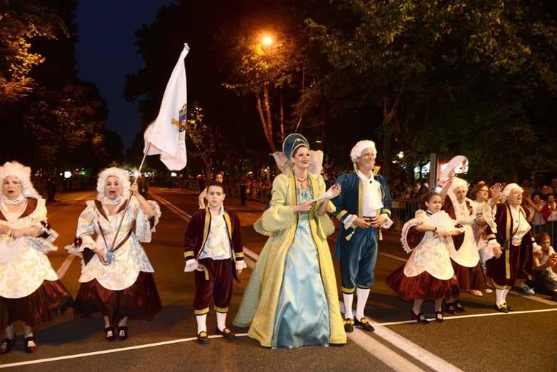Maria Botelho Moniz e Ricardo Carriço com os marchantes da Santa Casa