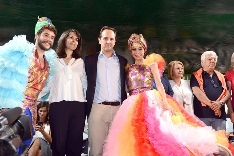 Fernando Medina com a mulher, Stéphanie Silva, e os padrinhos da marcha do Alto do Pina, Ricardo de Sá e Filipa Cardoso