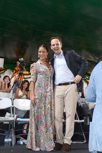 Raquel Tavares e Fernando Medina divertidos à espera do desfile