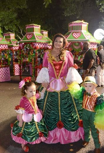 Rita Ribeiro com as mascotes da marcha da Bica