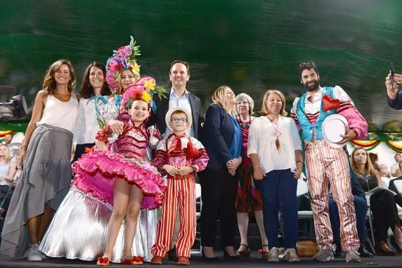 Os padrinhos da marcha da Penha de França posam com Fernando Medina e os seus convidados no camarote presidencial
