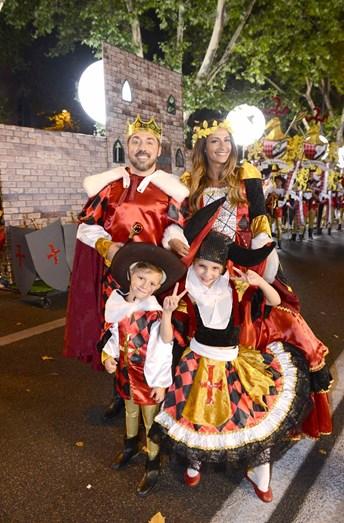 Flávio Furtado e Isabel Figueira com a mascote da marcha de Santa Engrácia