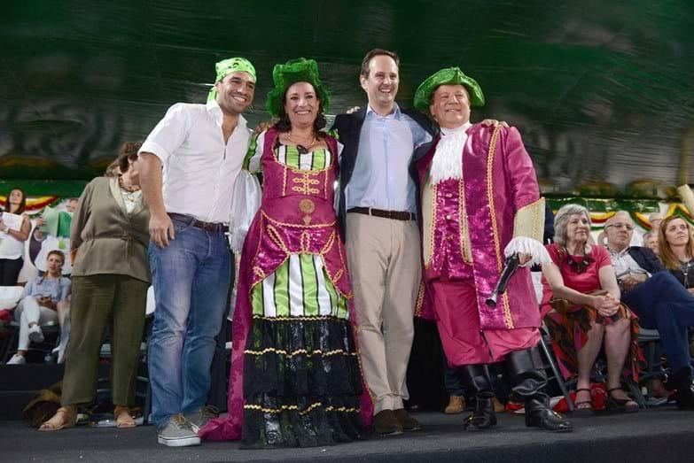 Fernando Medina com o representante da marcha da Bela Flor/Campolide e os padrinhos, Maria Rueff e Herman José