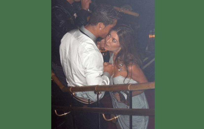 O craque em Las Vegas, com uma morena, numa discoteca, em clima de alguma cumplicidade.