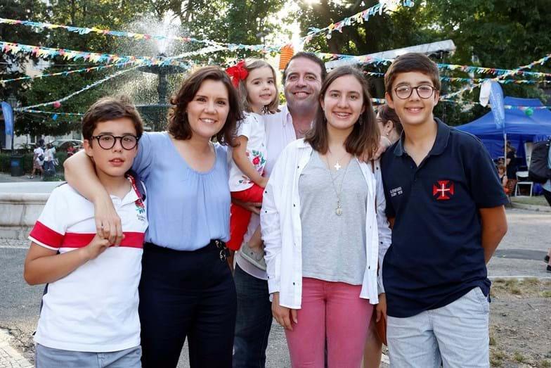 A candidata à Câmara de Lisboa pelo CDS com o marido, Tiago Machado da Graça, e os 4 filhos, Maria do Mar, de 15 anos, de José Maria, de 13, Vicente Maria, de 11, e Maria da Luz, de 4