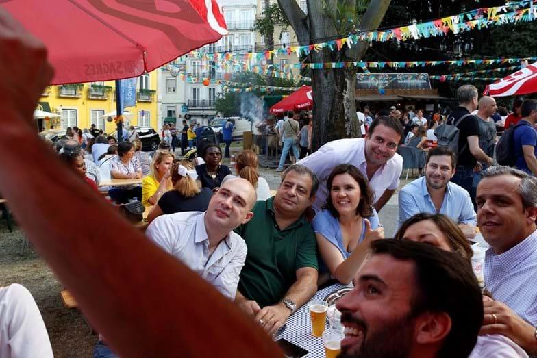 O animado grupo tira umas selfies para recordação