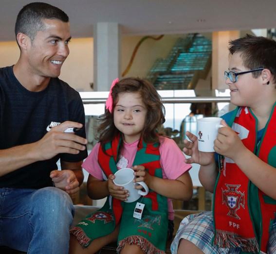 Cristiano Ronaldo encontra-se com crianças com deficiência
