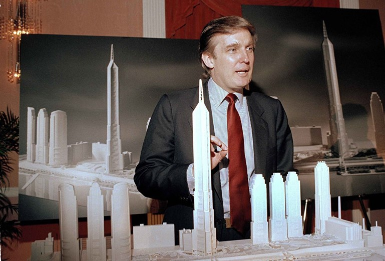 Junto à maquete da Trump Tower