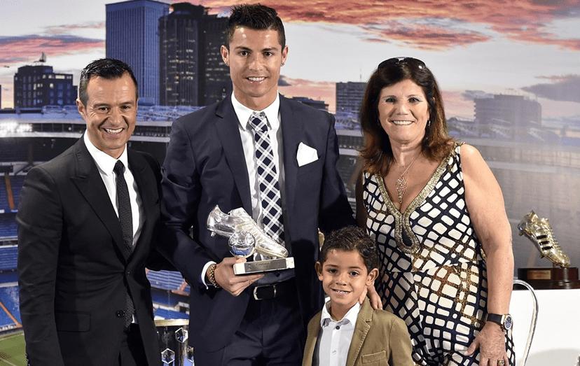 Ronaldo com o agente e amigo mas também a mãe, Dolores, e o pequeno Cristianinho, noutro momento importante da carreira do jogador.