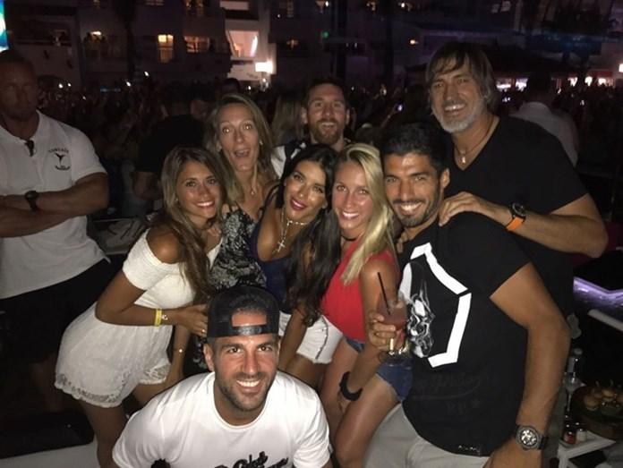 Lionel Messi, Luis Suárez e Cesc Fàbregas com as respetivas mulheres em Ibiza: Antonella Roccuzzo, Sofía Balbi e Daniella Semaan, respetivamente