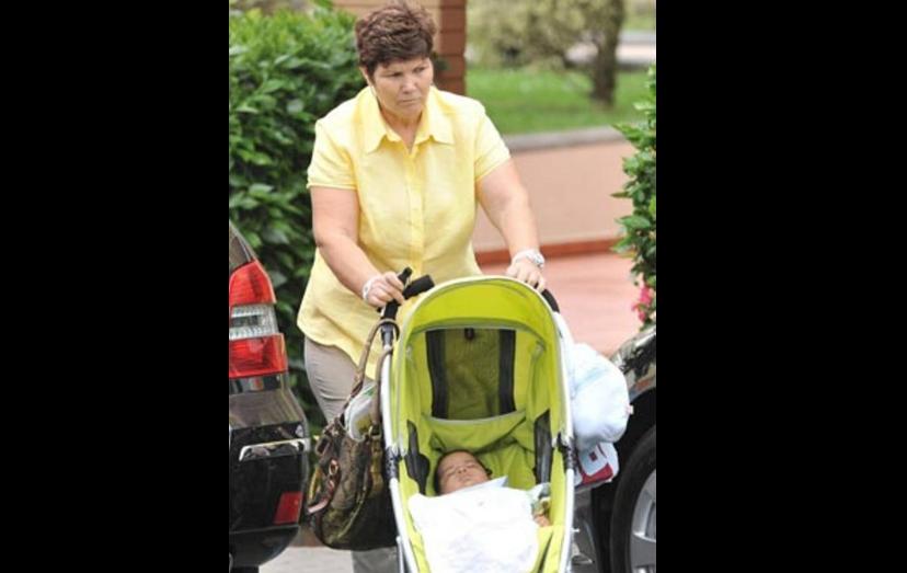 """Em 2010, na Madeira, esta foi a primeira imagem de Cristianinho, a ser passeado pela avó que faz, também, o papel de """"mãe"""" dos netos, sendo a grande responsável pela educação e cuidados com os meninos."""