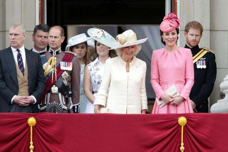 Na varanda vários elementos da família real inglesa
