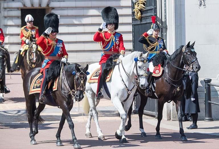 As imagens ternurentas de Charlotte e George no desfile militar