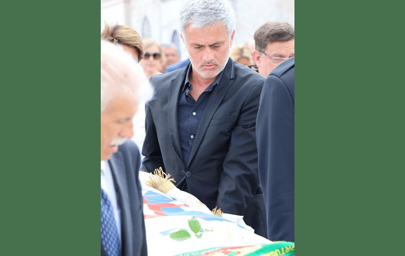 José Mourinho acompanhou o pai na última semana de vida. A antiga glória do futebol português faleceu no dia 25 de junho.