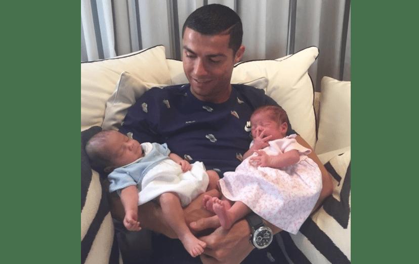 Cristiano Ronaldo com Mateo e Eva, os filhos gémeos que completaram o primeiro mês de vida no dia 8 de julho.