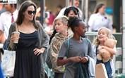 Angelina Jolie divertida numa saída só com as filhas