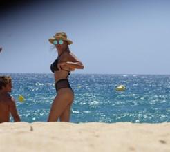 FOTOS EXCLUSIVAS: Solteira, Marisa Cruz exibe corpo de sonho em biquíni na praia
